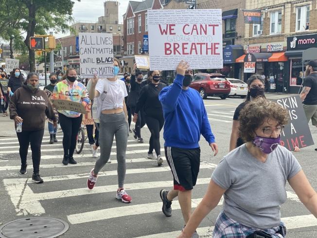 數百名遊行示威者高喊「黑人的命也是命」,「沒有正義就沒有司法」等口號抗議佛洛伊德案件。(記者牟蘭/攝影)