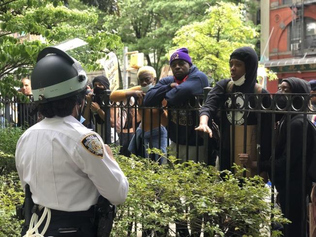 一名非洲裔女警員試圖勸導示威者。(記者張晨/攝影)