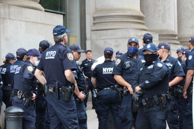 曼哈頓下城的示威現場周圍,有大批警力駐守。(記者張晨/攝影)