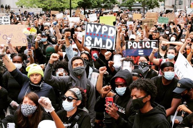 2 日在曼哈頓下城,示威者向警方振臂高呼。(記者張晨/攝影)