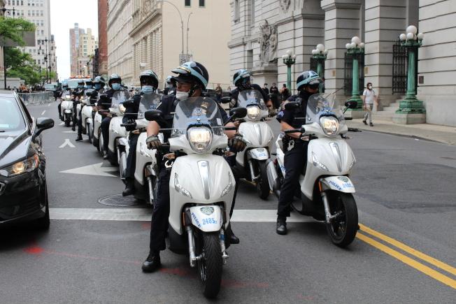 曼哈頓示威現場周圍,大批警力駐守。(記者張晨/攝影)