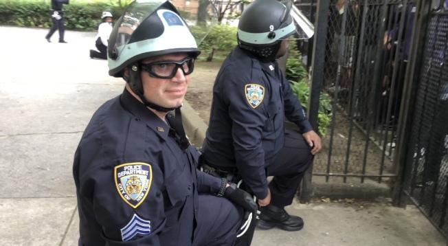2日下午的示威中警員單膝下跪以示和平。(記者張晨/攝影)