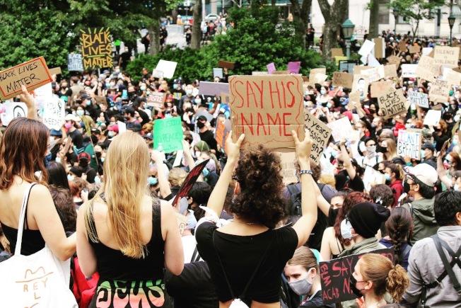 曼哈頓的示威者振臂高呼。(記者張晨/攝影)