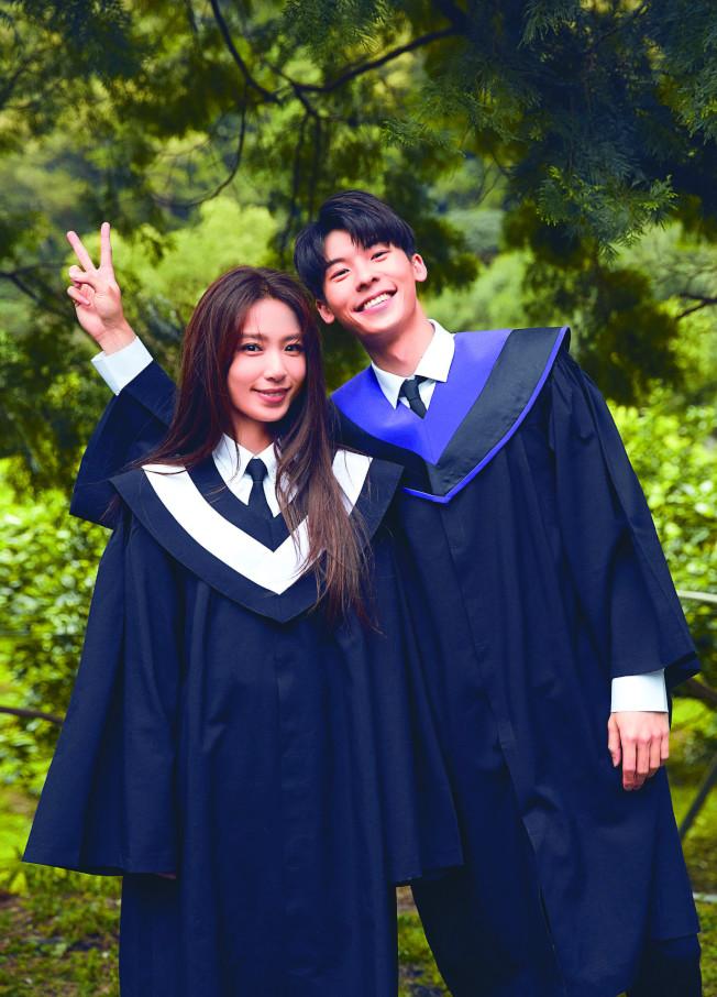 田馥甄(左)笑稱和許光漢搭檔演出,感覺像年輕20歲。(圖:何樂音樂提供)