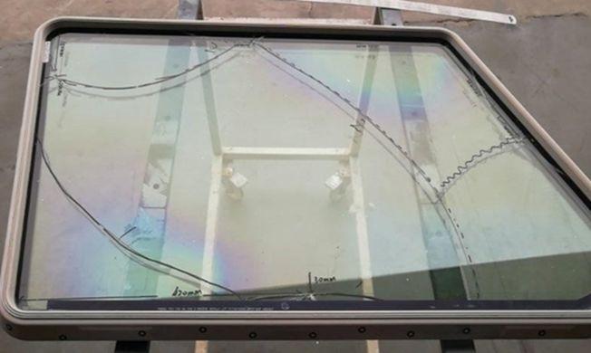 飛機的內層玻璃碎裂。(取材自四川在線)