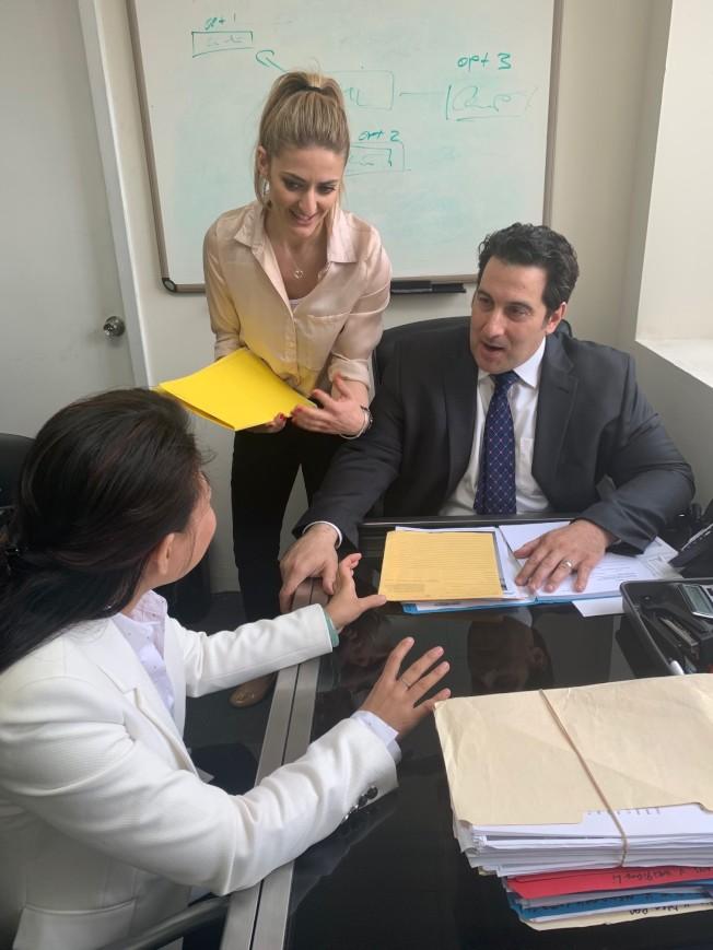 美國律師樓團隊由資深律師Angelo R. Picerno(右)主理並親自出庭。