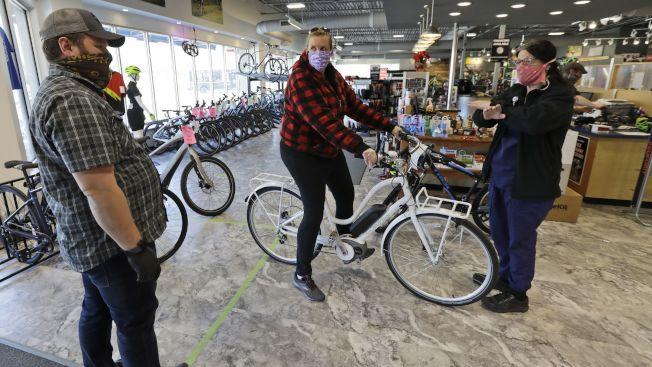 新冠肺炎疫情衝擊下,小企業掙扎求生,但腳踏車店卻因「疫」得福。(美聯社)