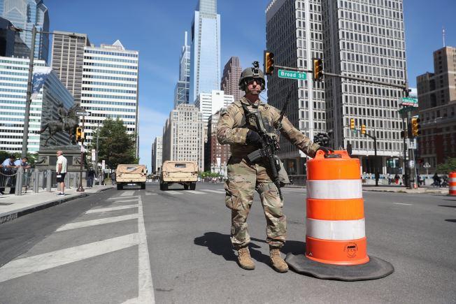 圖為駐守費城街頭的國民兵。(美聯社)
