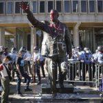 費城示威抗議 市府連夜移走極富爭議前市長雕像