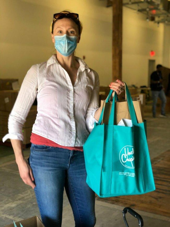 市府給小商家提供免費的防疫禮包,包括手部消毒液、口罩、消毒劑等物資,支持小商家復工。(諾瑪商改區提供)