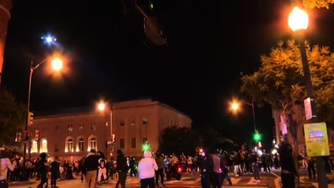 1日晚一架華府國民警衛隊直升機在白宮附近低飛,帶來巨大噪聲,並引起強烈的氣流衝擊,讓不少抗議民眾感到恐慌。(ABC7)