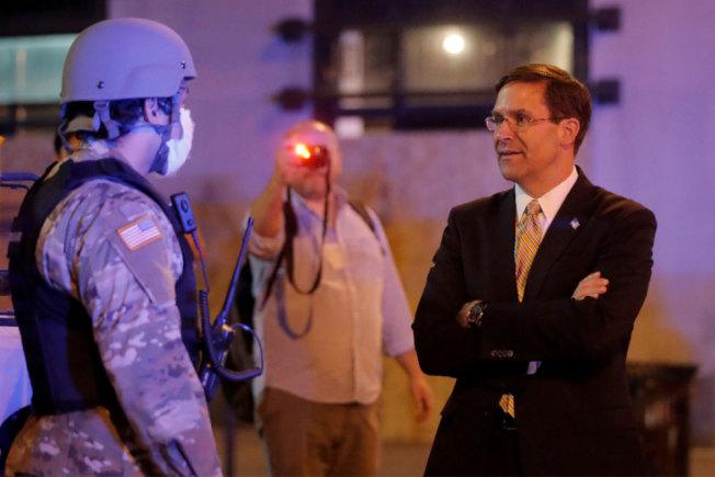 美國國防部長艾思博(右)探視保衛白宮的華盛頓特區國民警衛隊軍官。路透