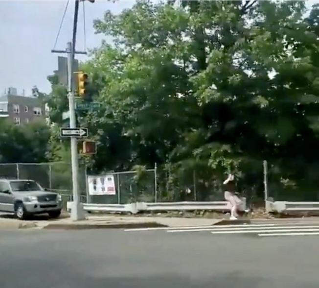 男子駕駛灰色休旅車在人行道追趕示威的年輕人。(取自推特)