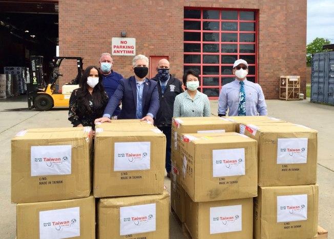 經文處日前捐5萬口罩給長島蘇福克郡,郡長貝隆(左二)表達感謝,左三是駐紐約台北經濟文化辦事處處長徐儷文。(經文處提供)