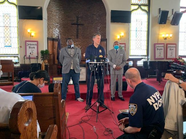 紐約市警總局局長希爾(Dermot Shea,中)原本計畫於3日攜佛洛伊德(George Floyd)弟弟泰倫斯(Terrence Floyd)在紐約布碌崙下城向示威者喊話,但泰倫斯當日並未現身,僅通過非洲裔社區代表馬克(Reverend kevin mccall,左)傳達希望大家和平理性的表達訴求的意願。記者黃伊奕/紐約攝影