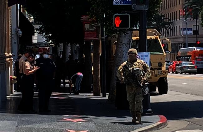 士兵荷槍實彈,把守好萊塢要道。(記者陳開/攝影)