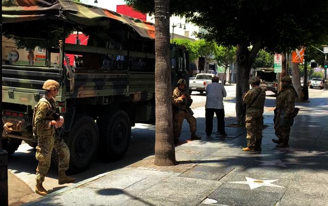 好萊塢星光大道上,軍車、荷槍實彈的士兵隨處可見。(記者陳開/攝影)