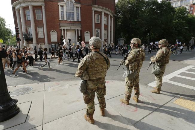參與「為弗洛德討公道」集會的民眾3日聚集在波士頓街頭,路旁出現眾多武裝警察和國民兵。(美聯社)