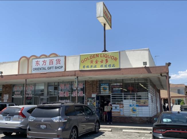 3日廣場內店鋪均正常開門營業。(記者高梓原/攝影)