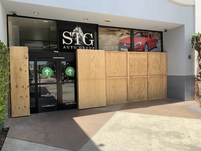 聖伯納汀諾縣安大略市雖然宵禁解除,但安大略購物中心3日在入口處,用木板圍起,預防暴力入侵洗劫。(記者啟鉻/攝影)