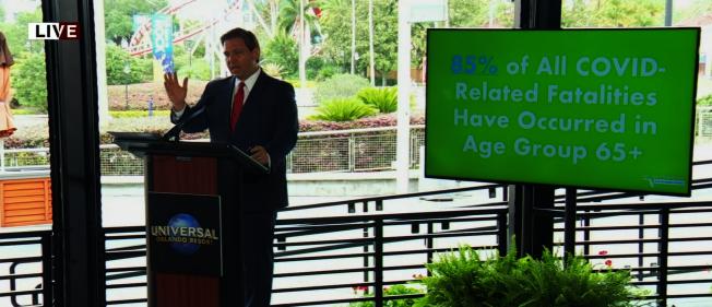 州長德桑提斯3日在環球影城CityWalk主持新聞發布會。(截自視頻)
