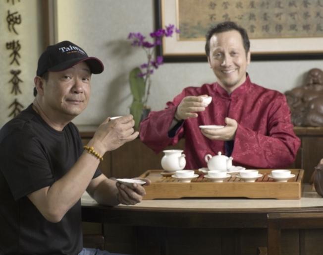 加州茶棧負責人Jimmy黃(左)與友人喝茶,此情可待成追憶。(Jimmy提供)