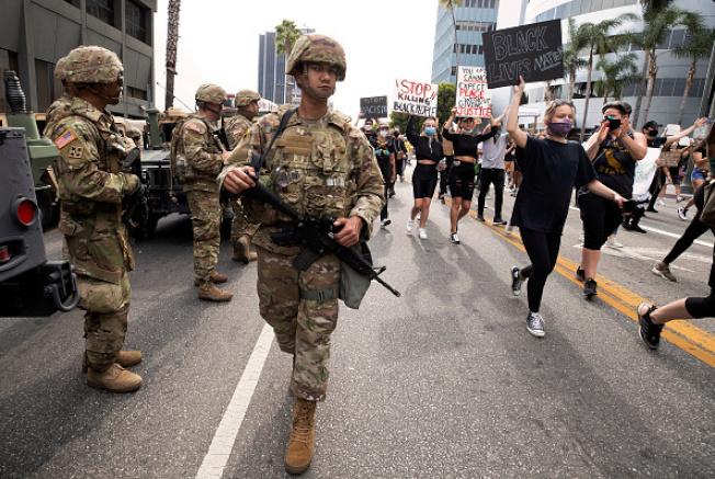 國民兵在街頭監視抗議遊行隊伍。(Getty Images)