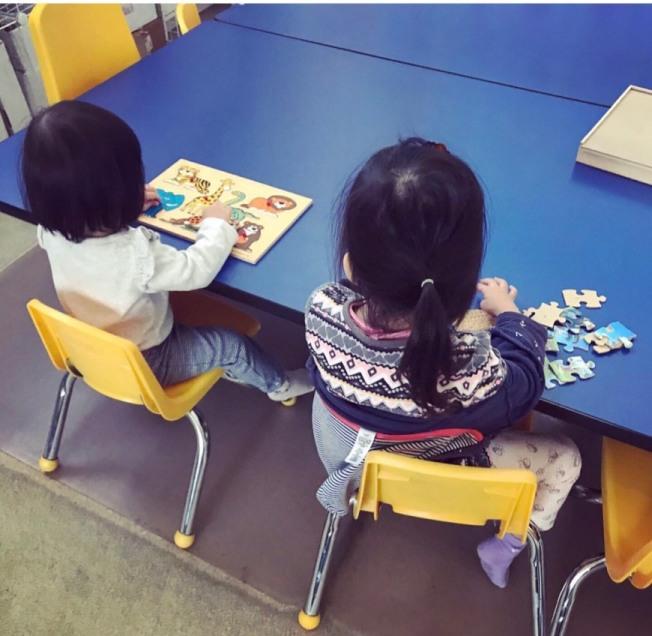 原本小孩在幼稚園上課還有老師和同學互動,家長也能放心工作。(檔案照:記者江碩涵/攝影)