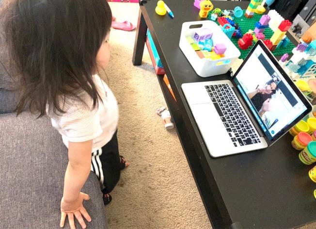 因為居家避疫,許多幼稚園至今仍不開放,藉由網路教學方式授課,但小小孩究竟能吸收多少,也是不少家長的疑問。(記者江碩涵/攝影)