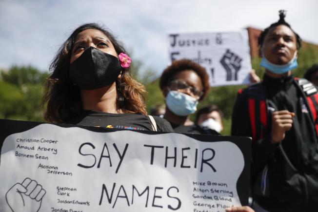 明州暴動怒火蔓延,紐約市已連三天宵禁,雖止住了暴力行為,但仍擋不了和平的示威者。(美聯社)