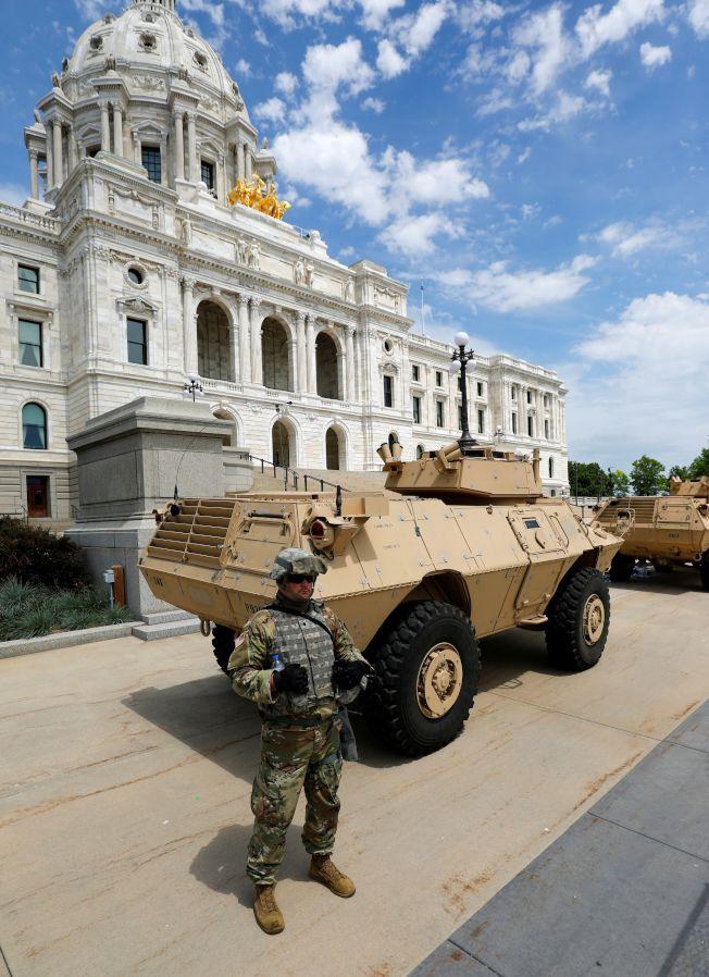 明州暴動怒火蔓延,多州啟動國民兵進駐。圖為國民兵在明州議會大廈前站崗防止暴動升級。(路透)