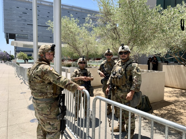 洛杉磯市中心重要建築前均駐守國民兵。(記者陳開/攝影)