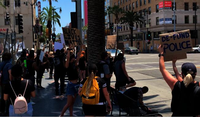 好萊塢星光大道的示威人群。(記者陳開/攝影)