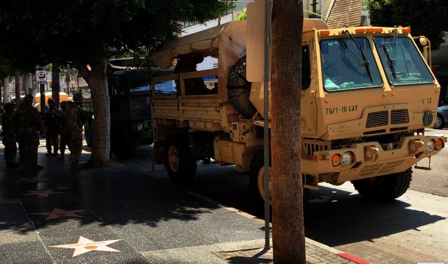 好萊塢星光大道隨處可見國民兵與軍用卡車。(記者陳開/攝影)
