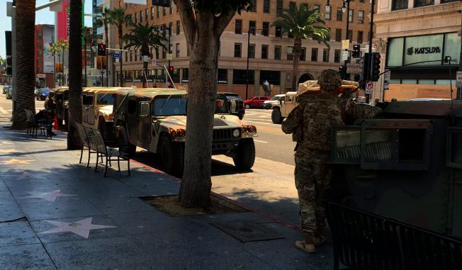 好萊塢星光大道隨處可見國民兵與軍用車。(記者陳開/攝影)