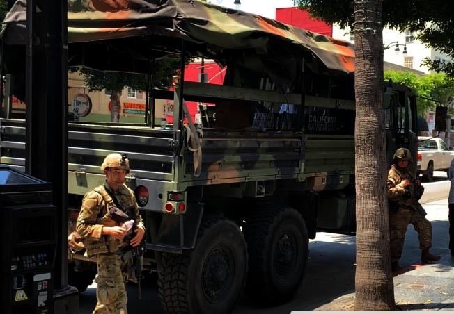 軍用卡車上準備有防爆盾等裝備。(記者陳開/攝影)