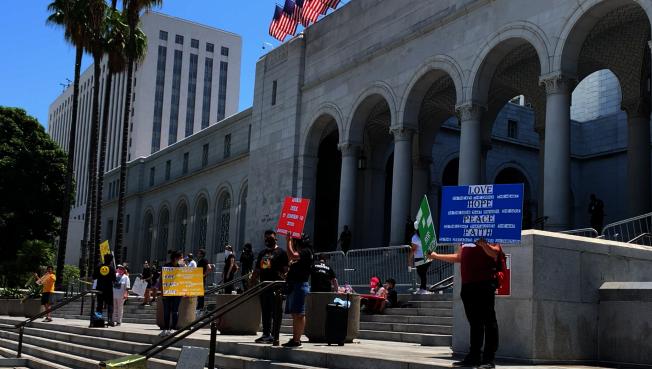 洛杉磯市政府前的示威。(記者陳開/攝影)