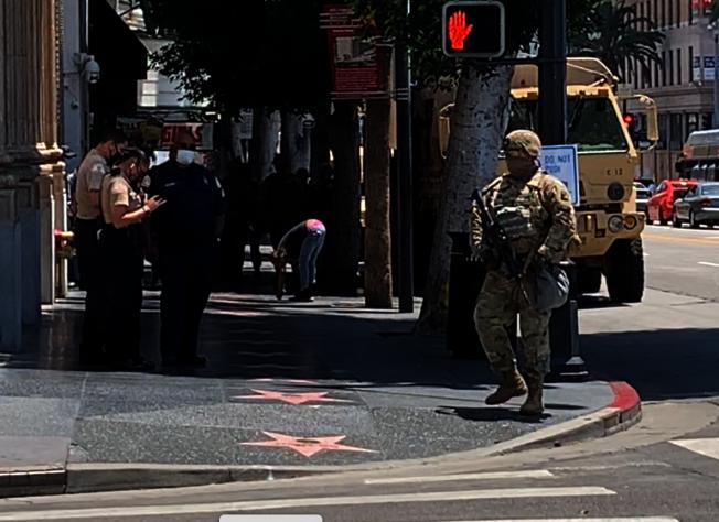 荷槍實彈的國民兵在好萊塢星光大道駐守。(記者陳開/攝影)