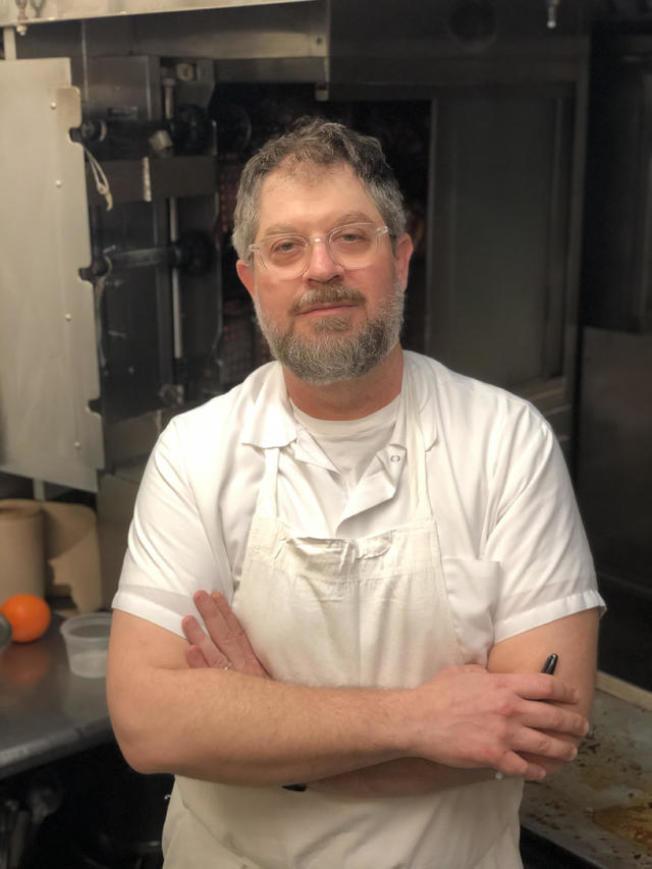 紐約市大廚兼餐館老闆艾德曼提供烤雞和附餐外送服務的副業,但他沒想到這項副業成為該餐館在疫情期間生存下去的命脈。(CBS電視台截圖)