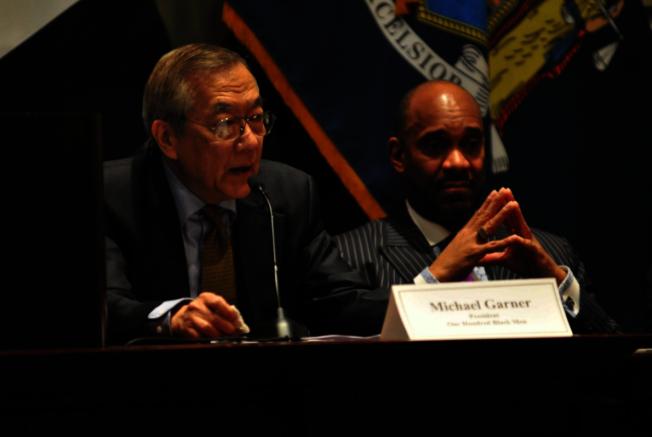 亞美商業發展中心、拉美裔聯盟和非洲裔百人會發表共同聲明譴責種族主義;左為王章華,右為加納。(亞美商業發展中心提供)