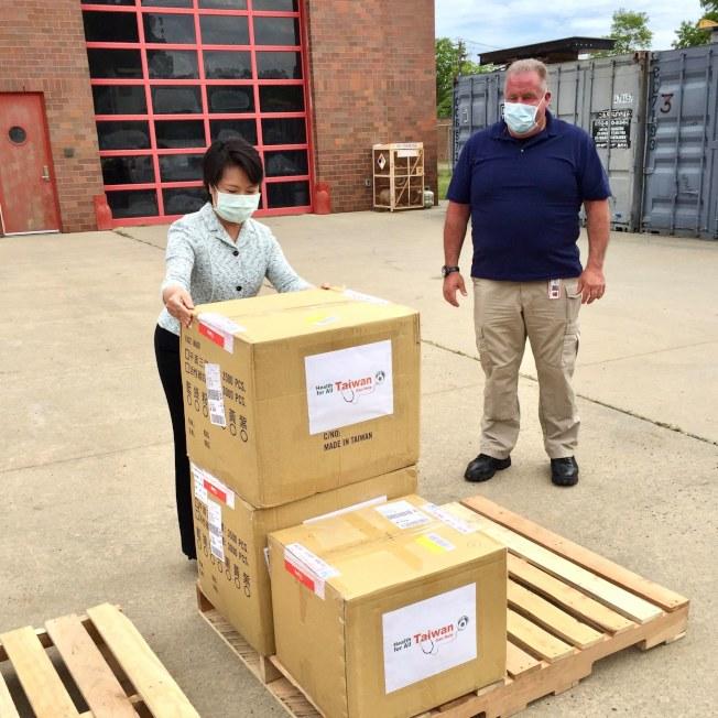 经文处日前捐5万口罩给长岛苏福克郡,郡长贝隆表达感谢,称这是疫情以来,该郡获得的最大笔捐助。(经文处提供)