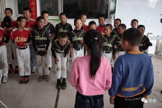 棒球隊全員列隊歡迎新隊員。(取材自鳳凰網)