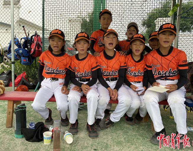 強棒天使棒球隊女隊員們在場邊觀賽。(取材自中國青年報)