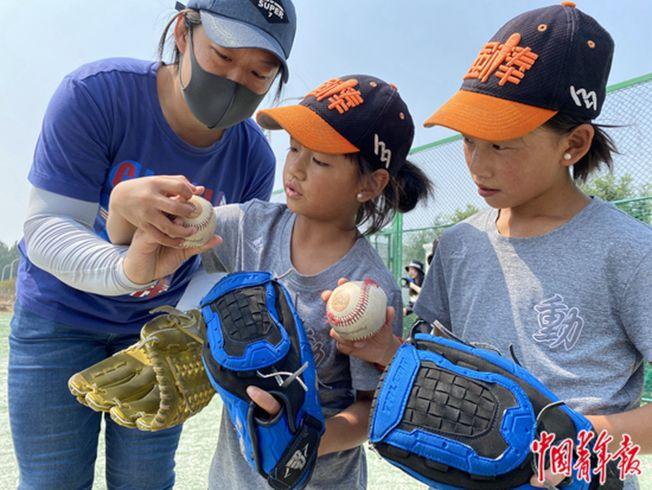 強棒天使棒球隊的小隊員在進行棒球學習。(取材自中國青年報)