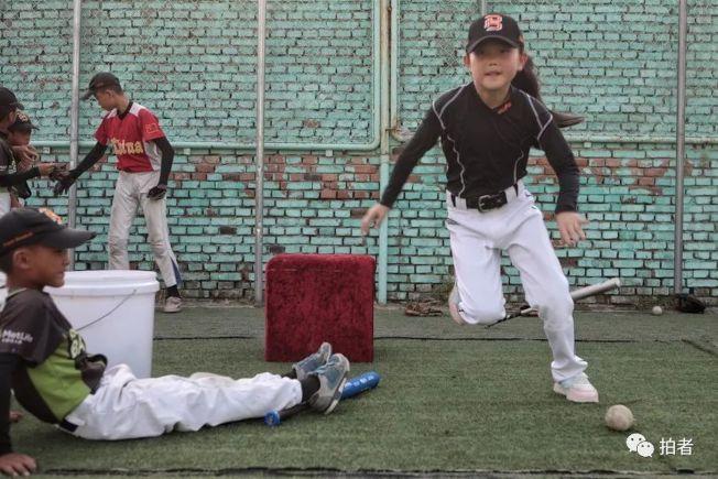 高宇鳳是球隊招收的第一名正式女隊員。圖為2019年,當時9歲的高宇鳳練習時,拚勁不輸男隊員。(取材自鳳凰網)
