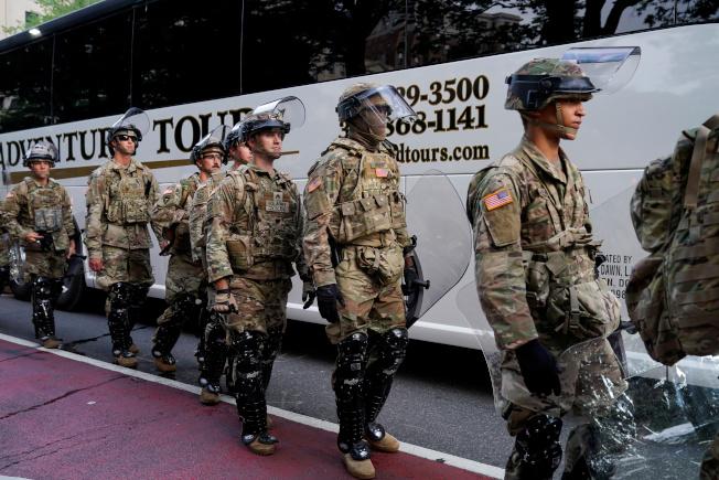 1600名陸軍集結華盛頓特區附近,是否進城成為關注焦點。(路透)