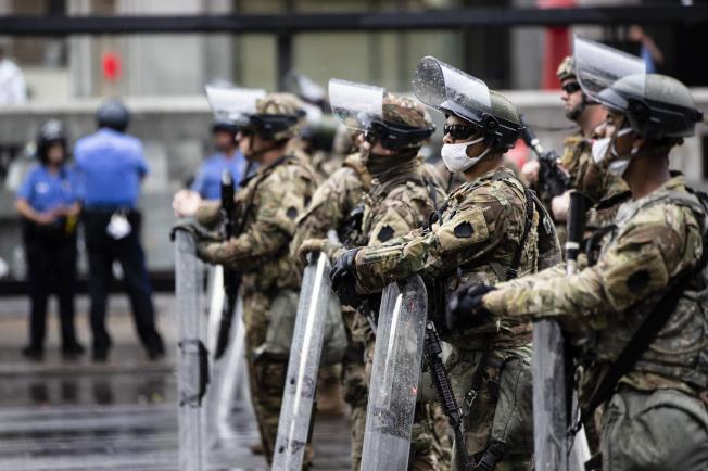 賓州費城的抗議行動持續,國民兵手持盾牌在街頭維持秩序。(美聯社)