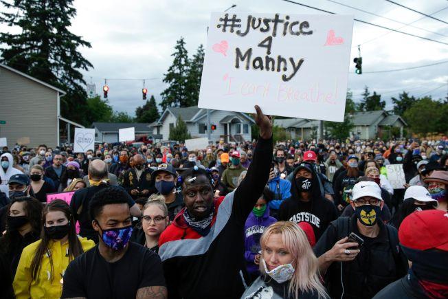 非裔男艾里斯的親友,3日上街抗議警方3月過度使用武力,造成艾里斯死亡。(Getty Images)