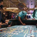 〈圖輯〉賭城重啟!荷官、舞孃戴口罩迎賓 賭客量體溫再開賭