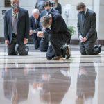 〈圖輯〉參院追悼佛洛伊德 他們單膝下跪